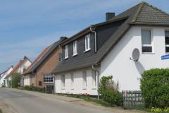 Ehemalige Katen- und Häuslerreihe an der Straße aus Richtung Reddelich.